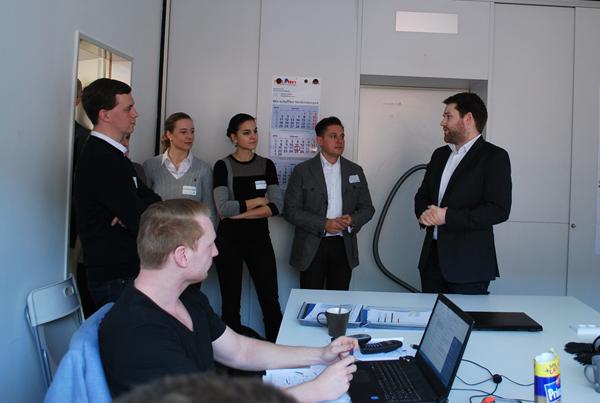 Timo Riedle (re.) erläutert das Konzept von evalea GmbH im Büro des Start Ups.