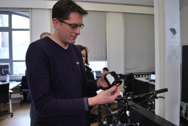Tom Acland demonstriert die Technik hinter cobi.
