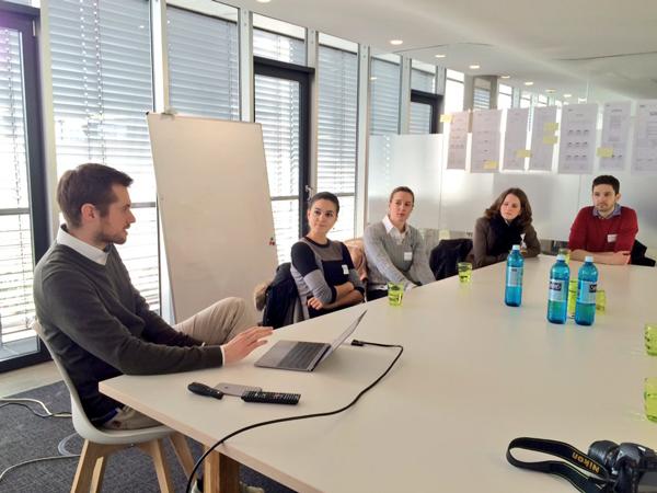 Daniel Putsche (li.) erklärt, wie CandyLabs Unternehmen unterstützt digitale Anwendungen zu entwickeln.